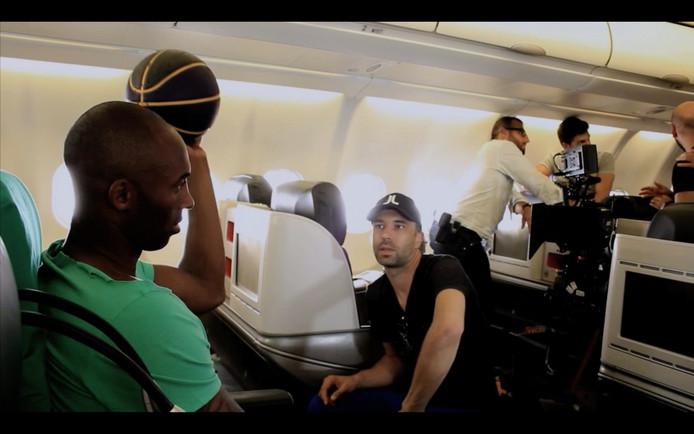 Kobe Bryant en de Nederlandse regisseur Marco Grandia bij de opname van het reclamespotje.