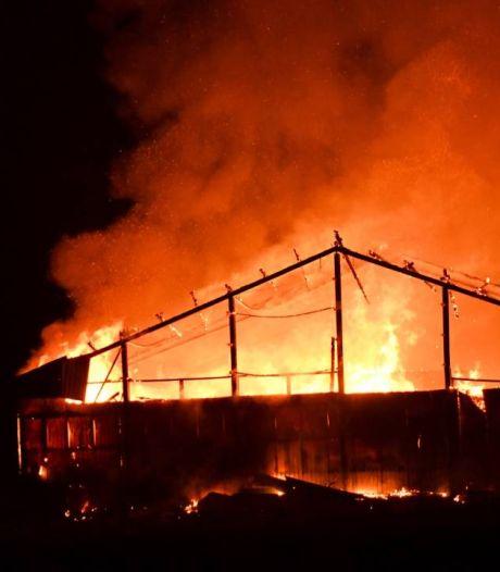 Brand legt loods met caravans in de as bij Serooskerke, N57 weer open voor verkeer