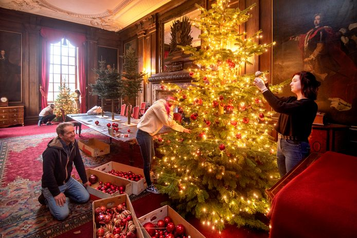 De eetkamer, met links Sjacco Gerritsen en rechts leerlingen van het Zone College in Zwolle. Op de achtergrond de -nog niet gedekte- eettafel, waarop al wel kerstbomen staan.