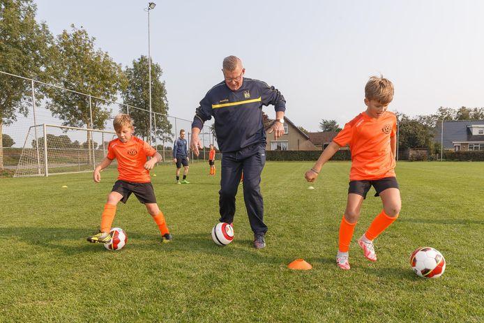 Tijdens de trainingen van Voetbalschool Staphorst doet oprichter Popko Schuitema een dribbeloefening voor.