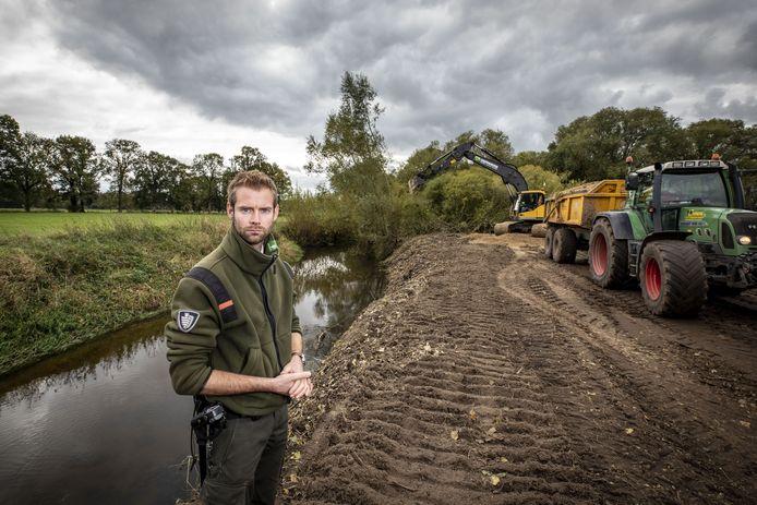 Boswachter Jeroen Buunen bij een oever langs de Dinkel, die flink onder handen wordt genomen.