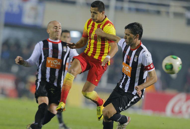 Alexis Sanchez van Barcelona (midden) tussen Cartagena's Mariano en Marcos (links). Beeld afp