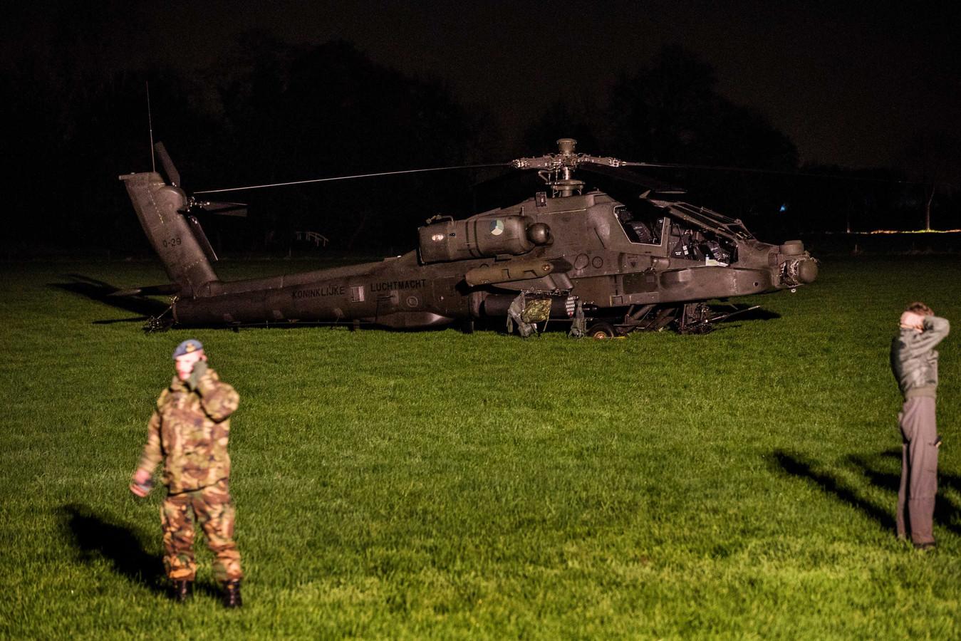 Door een ongeluk met deze Apache helikopter kwamen 24.000 huishoudens in Culemborg zonder stroom te zitten. De inzittenden van de heli bleven ongedeerd.