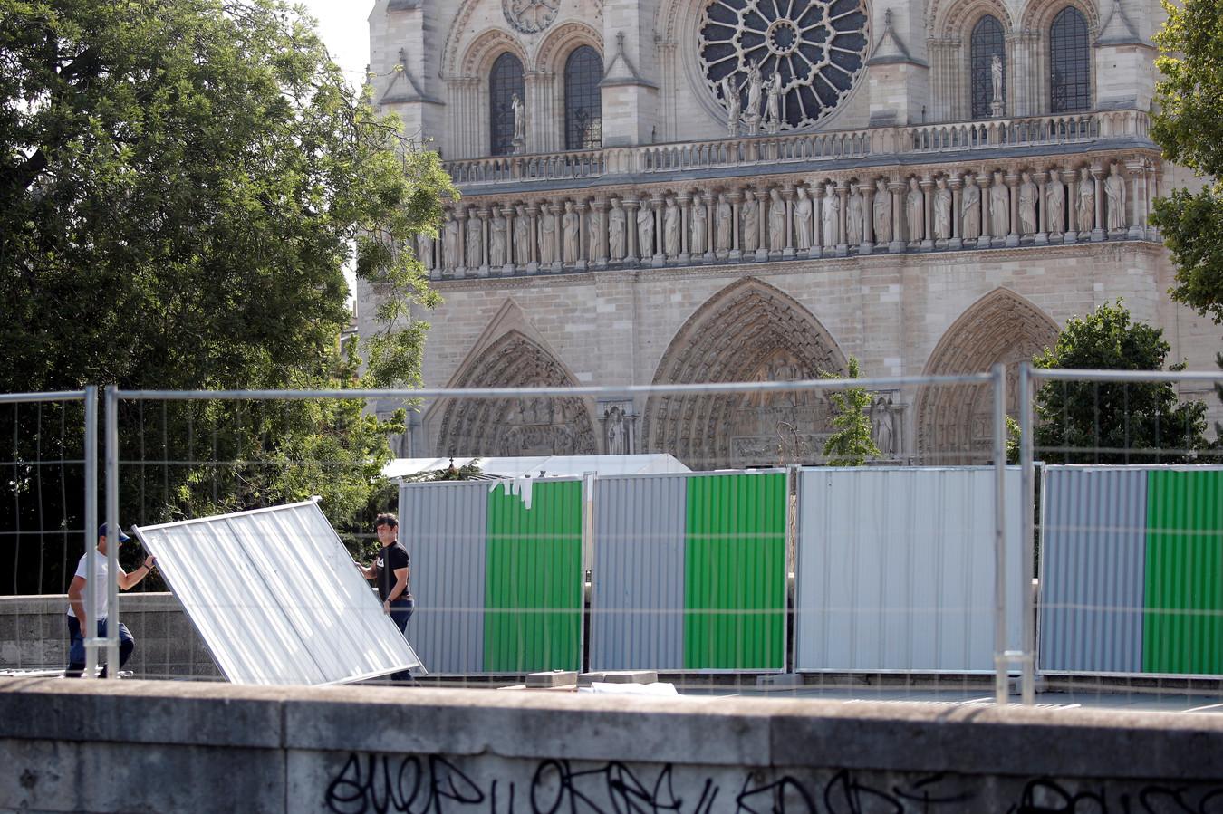 Constructiewerkers zetten het gebied rond de Notre-Dame af voor de verwijdering van giftige looddeeltjes.