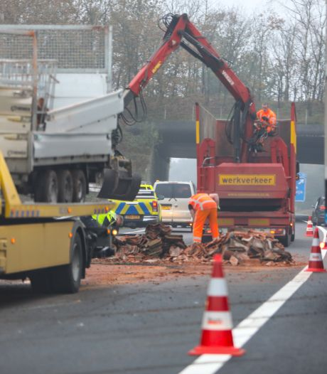 Auto met aanhanger schaart op A1 bij Apeldoorn: weg ligt vol met dakpannen