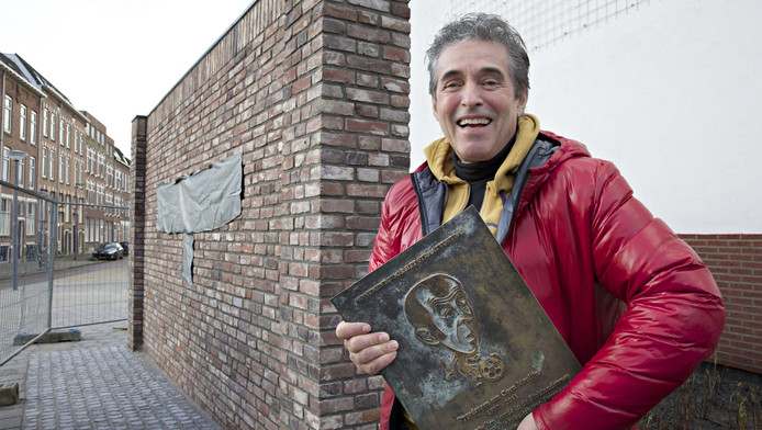 Kunstenaar Hans Citroen met de bronzen plaquette in zijn hand voor de onthulling van het nieuwe muurtje van de Feyenoord-legende.