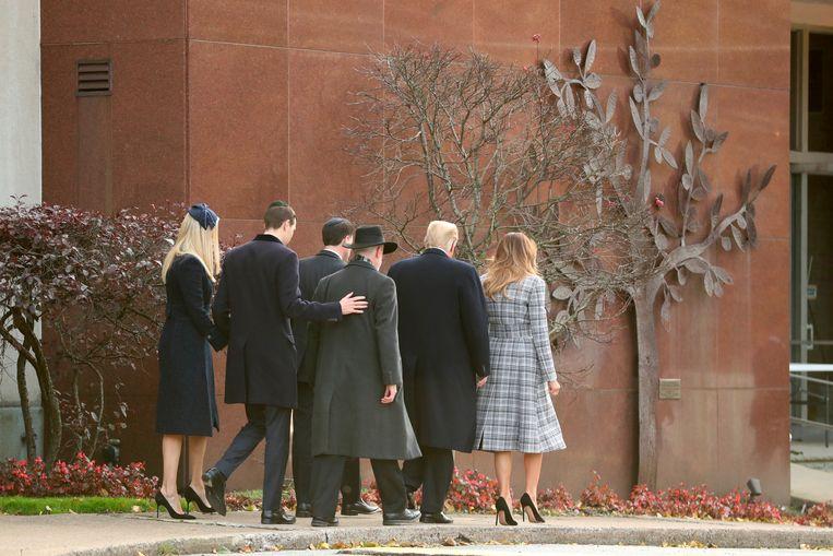 Donald Trump en Melania Trump bij de Tree of Life Synagogue in Pittsburgh waar zaterdag elf mensen overleden bij een schietpartij. Beeld AP