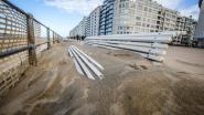 """Door sterke wind ligt de zeedijk op veel plaatsen onder zand """"Het is dweilen met de kraan open"""""""