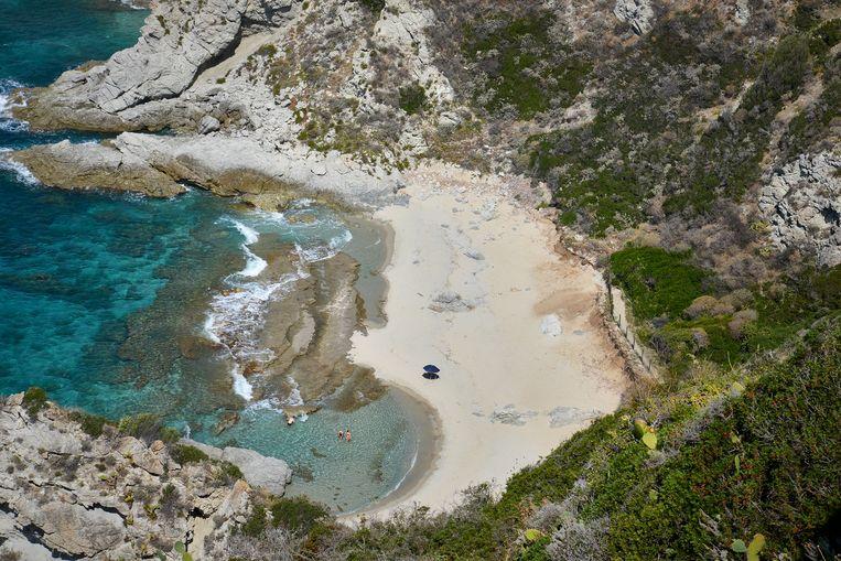 Verborgen strandjes bij Capo Vaticano, vlakbij Tropea. Beeld Theo Stielstra
