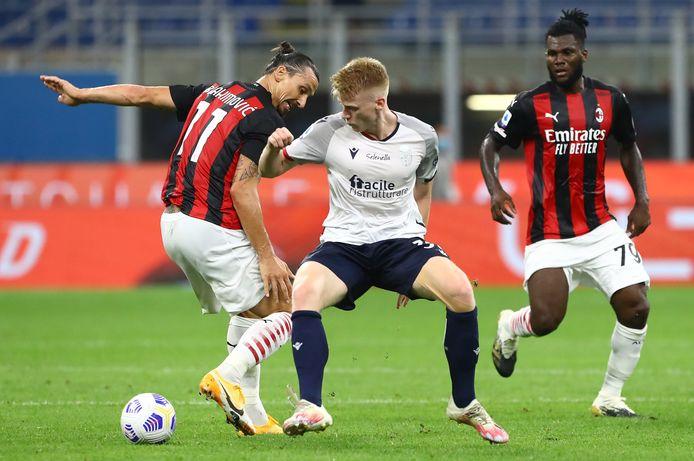 Jerdy Schouten van Bologna treft in Italië vaak topspelers, zoals hier Zlatan Ibrahimovic van AC Milan. Voor Frank de Boer kan het een optie zijn om dergelijke spelers eens te proberen tegen Spanje.