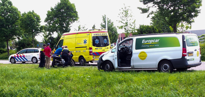 Botsing tussen motor en auto in Hedel