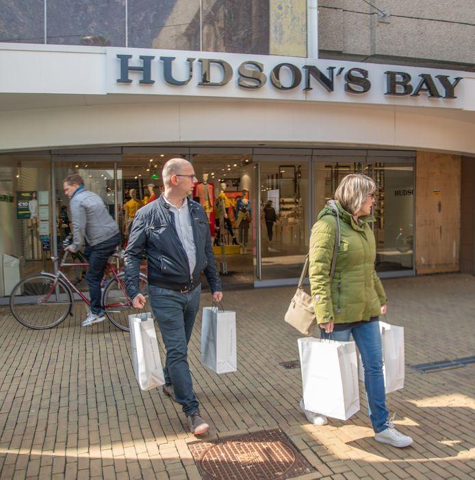 Onzekerheid troef bij de Zwolse vestiging van Hudson's Bay. Een definitief besluit over sluiting is nog niet genomen.