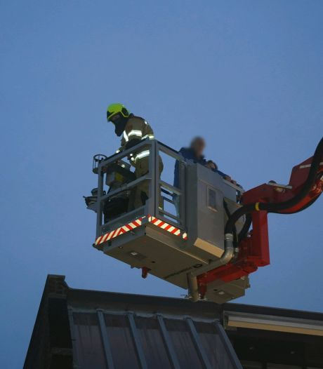 Uitslaande brand in kapperszaak Zevenaar, mensen met hoogwerker geëvacueerd