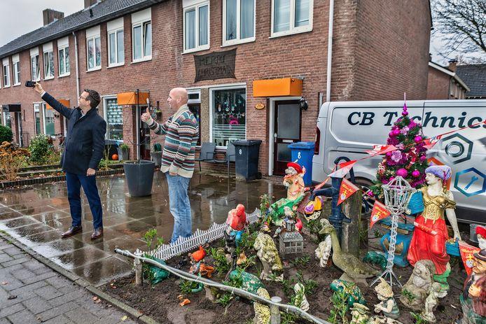 Burgemeester Derk Alssema maakt een selfie na een bezoek aan het kaboutertuintje van Bob Beunk uit Rijen. Het tuintje komt nu mogelijk aan de andere kant van de stoep te staan.