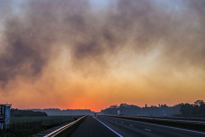 A67 afgesloten tijdens de brand in de Deurnsche Peel