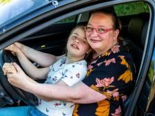 Busje rijdt nog niet, dus brengt Carina dochter Christina (14) zelf naar school: 'Raar dat we dit zó kort van tevoren horen'