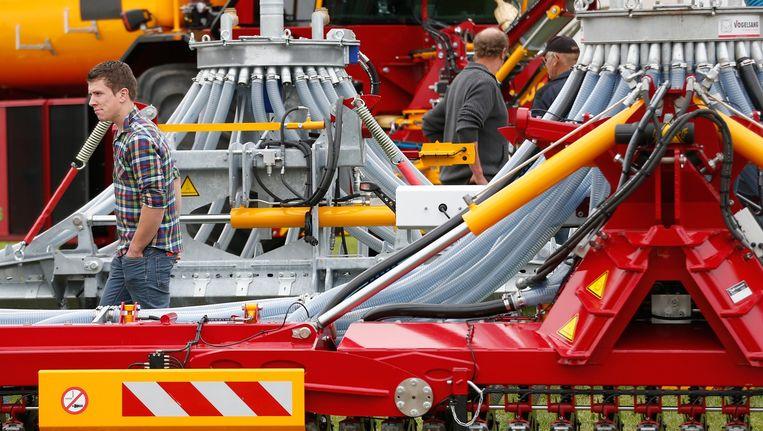 Bezoekers van AgroTechniek Holland in Biddinghuizen bekijken nieuwe landbouwmachines. Beeld anp
