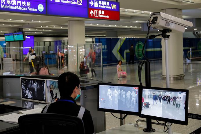 À l'aéroport de Hong Kong, les passagers sont scannés pour détecter une éventuelle élévation de la température corporelle.