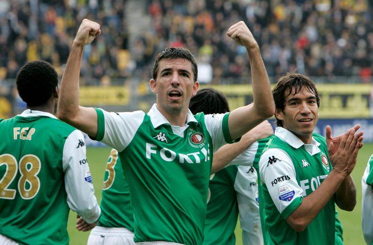 Roy Makaay en Giovanni van Bronckhorst keerden op latere leeftijd terug op de Nederlandse velden, en speelden samen bij Feyenoord. Beeld anp
