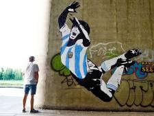 De 'Banksy' van Almere kijkt uit naar bezoek TOP Oss, maar portret van Smeets is niet waarschijnlijk