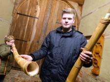 Jonge blazers leren in Losser midwinterhoorn te spelen: 'Ze moeten scheetjes laten, met de mond'