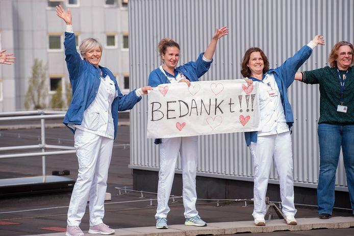 Pix4Profs-Ron Magielse Verpleegkundigen op het dak van het Amphia ziekenhuis in Breda.