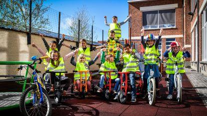 Kermisbonnetjes voor leerlingen met fluohesje en fietshelm