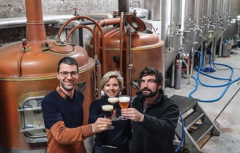 Pieter Verdonck van brouwerij Sint-Bernardus, Julie Depypere en brouwmeester Koen Hugelier.