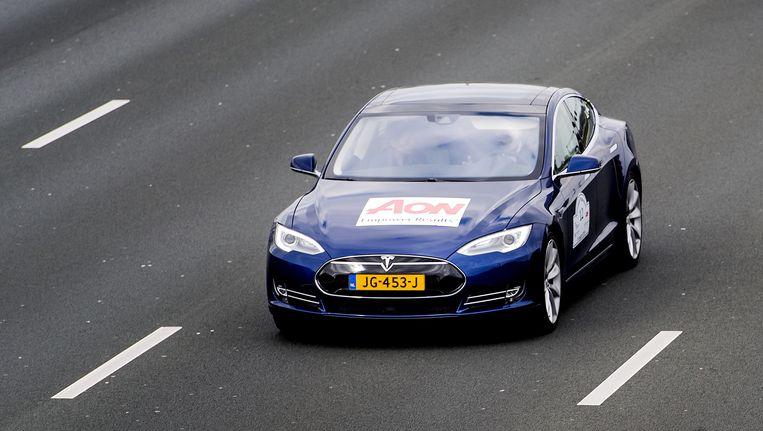 Een zelfrijdende auto rijdt tijdens een testrit over de A2. Beeld anp
