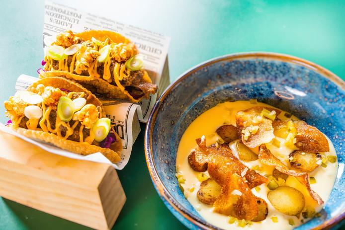 Links: taco met runderstoof texmex mexicano style, chipotle creme, zoetzure rode kool, mais en popcorn. Rechts: krieltjes, aardappel-kaasschuim, zelf ingelegde augurk, krokante aardappel (vegetarisch)