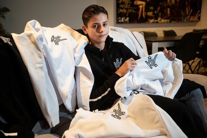 Kyan Oosterhuis (15) toont de eerste hoodies van zijn eigen merk.