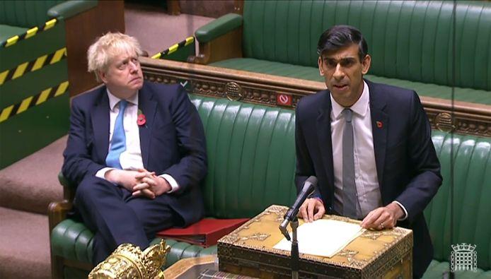De Britse minister van Financiën Rishi Sunak, hier met premier Boris Johnson.