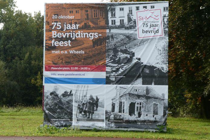 Op grote doeken wordt het bevrijdingsfeest aangekondigd aan het Adrianustracé in Sint-Michielsgestel