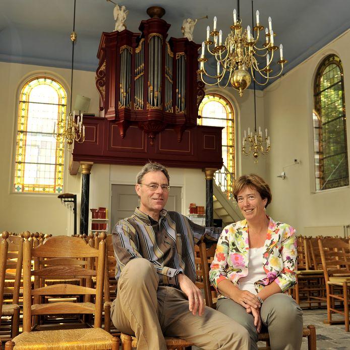 Het domineesechtpaar HarmJan en Charlotte Inkelaar in de protestantse kerk van Oudenbosch.