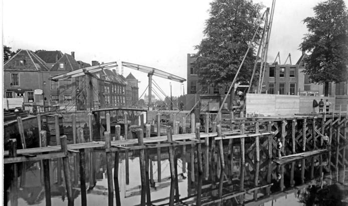 De oude Engelenburgerbrug, een ophaalbrug, staat op het punt om gesloopt te worden. De foto is uit 1910.