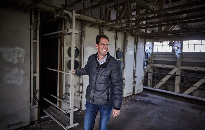 Arjan Hoefnagels van het Havenbedrijf bij de oude matrassenreiniger die nog in het ontsmettingsgebouw te vinden is.