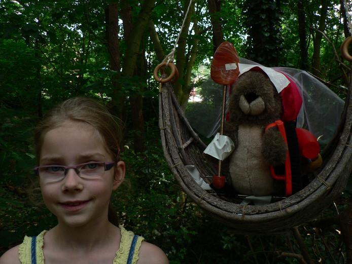 Sarah Donkers met creatie: eekhoorn van het kwaad.