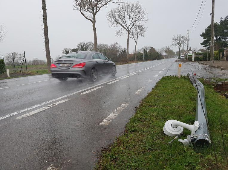 De ANPR-camera van de trajectcontrole ligt omver naast op de N33 in Ichtegem. De Mercedes op de foto heeft met het ongeval niets te maken.