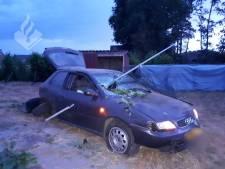 Paal doorboort auto van dronken bestuurder volledig in Uden