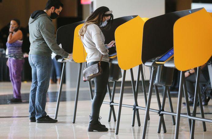 Mensen brengen vervroegd hun stem uit in Los Angeles, Californië.
