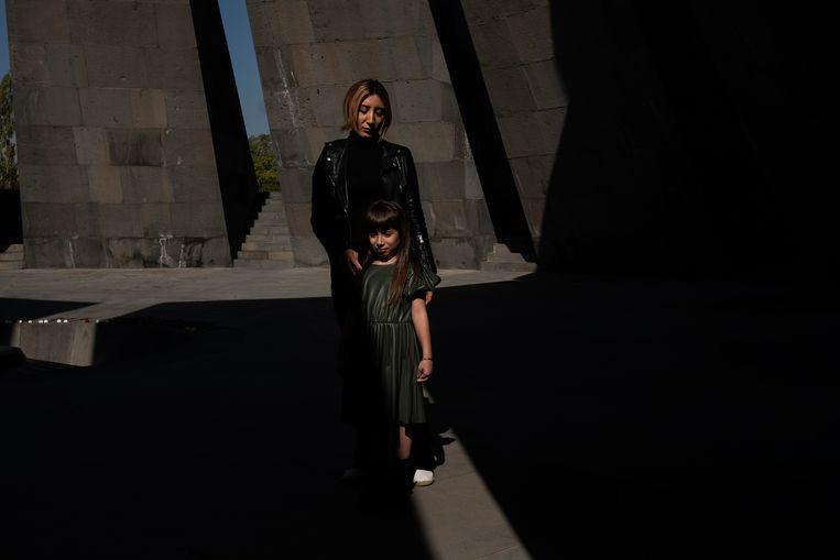 Marianne Grigorian en haar dochter bij het genocidemonument. Beeld Giulio Piscitelli