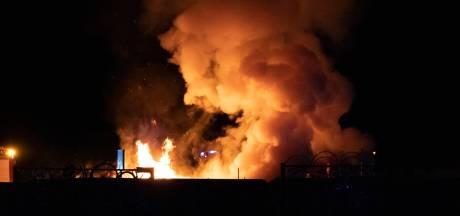 Containerbrand zorgt voor metershoge vlammen bij opslaglocatie Twente Milieu in Hengelo