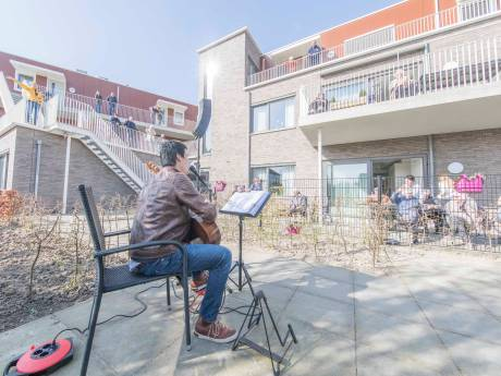 Bewoners van zorgcentrum in Wemeldinge genieten van buitenconcert Wim Steenbakker
