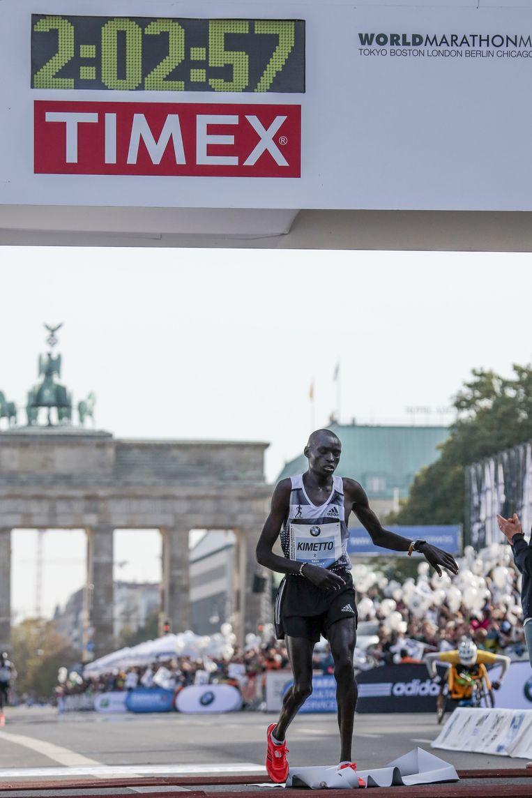 Dennis Kimetto bereikt in Berlijn de finish na 2.02.57. Hij verbeterde daarmee het wereldrecord met liefst 26 seconden. Beeld ap