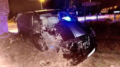 Bestelwagen ramt gevel van woning in Loppem