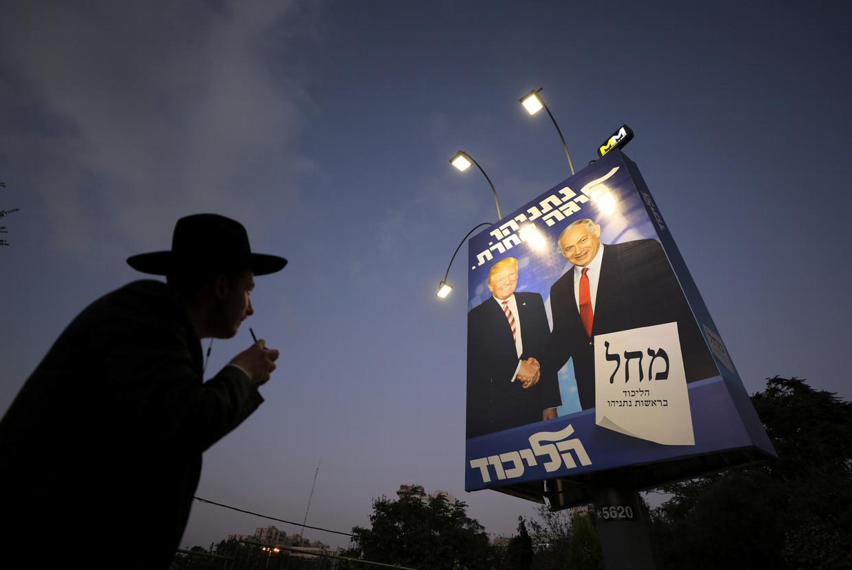 Netanyahu staat op de verkiezingsposter van Likoed prominent met de Amerikaanse president Trump.