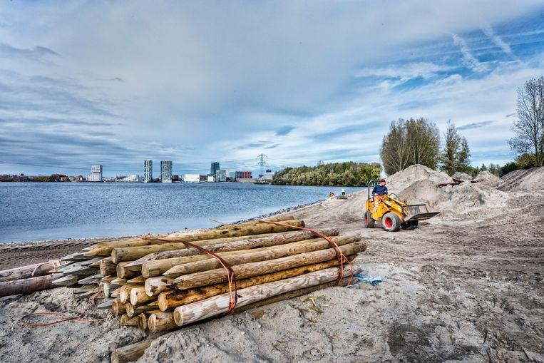Werkzaamheden aan het Floriade-terrein bij Almere. Beeld Raymond Rutting / de Volkskrant