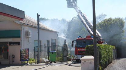 Brand vernielt werkplaats net achter tankstation: omgeving preventief afgesloten