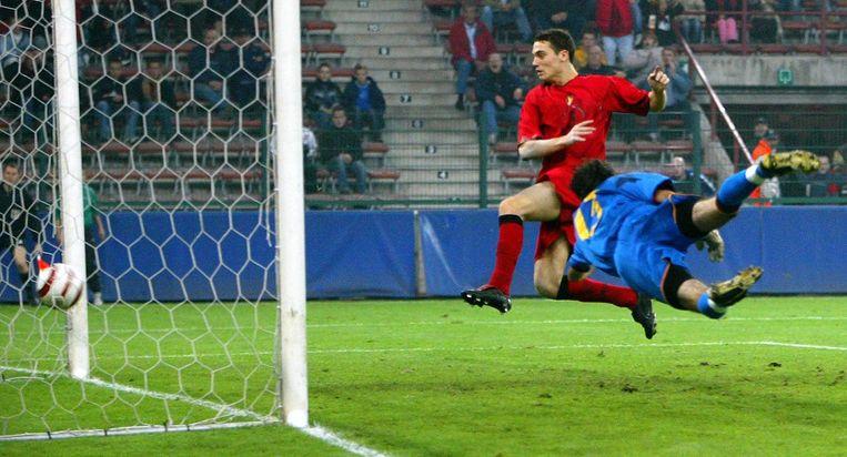 De Jonge Duivels verslaan Spanje in een kwaltificatiematch voor Euro 2006, dankzij doelpuntenmaker Thomas Vermaelen.