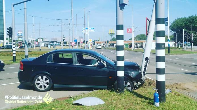 De auto raakte flink beschadigd bij de botsing.